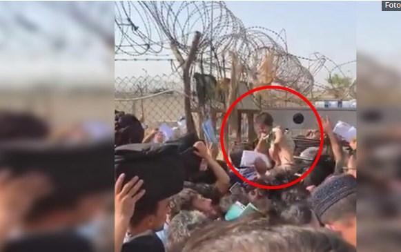 Мајките во Кабул ги префрлаат децата преку бодликава жица за да ги спасат од Талибанците (ВИДЕО)