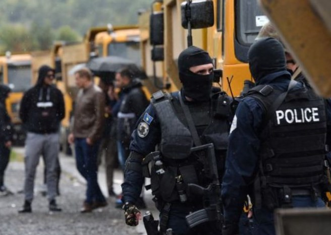 На Косово врие: Србите и Албанците распоредуваат војска долж границата