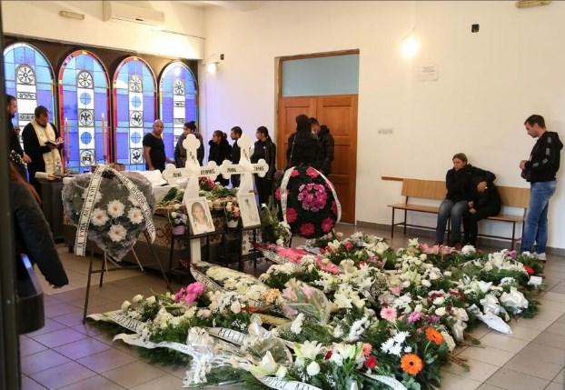 Сестричките што ги уби струен удар погребани во бели ковчези (ФОТО)